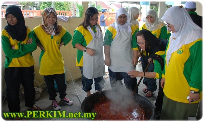 Tunku Noorhayati Tunku Abdul Rahman Putra Al-Haj (tunduk) tidak melepaskan peluang untuk memasak menghidangkan juadah makan tengahari bersama pelajar Kelab Perkim UniKL.