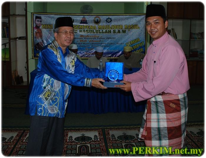 Pengarah Dakwah Perkim, Tuan Hj. Abdul Hanif Harun (kiri) menyampaikan cenderahati kepada wakil Dato' Pengarah MBPJ.